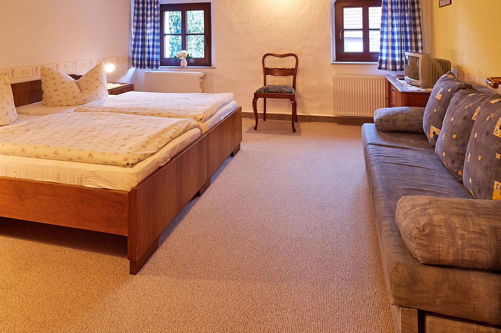 Ferienwohnung 4 – 5 Personen: Schlafzimmer mit Doppelbett und Schlafliege