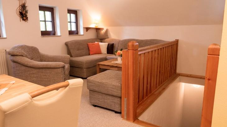 Ferienwohnung bis 5 Personen: Wohnzimmer mit Treppenaufgang