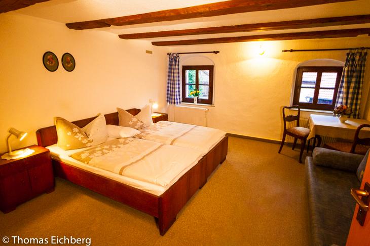 Ferienwohnung 4 - 5 Personen: Schlafzimmer mit Doppelbett und Schlafliege